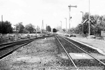 Gorzów Zieleniec. Zbliżający się pociąg osobowy z Gorzowa do Rudnicy w dniu 04.09.1986. Pociągi czasowo dojeżdżały tylko do Rudnicy a odcinek Rudnica - Chyrzyno był w remoncie. Parowóz to Ty2-1332.