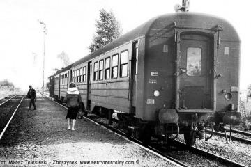 Gorzów Zieleniec. Pociąg osobowy z Gorzowa do Rudnicy w dniu 04.09.1986. Pociągi czasowo dojeżdżały tylko do Rudnicy a odcinek Rudnica - Chyrzyno był w remoncie. Parowóz to Ty2-1332.