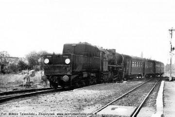 Gorzów Zieleniec. Pociąg osobowy z Gorzowa do Rudnicy w dniu 04.09.1986. Pociągi czasowo dojeżdżały tylko do Rudnicy a odcinek Rudnica - Chyrzyno był w remoncie. Parowóz to Ty2-1332