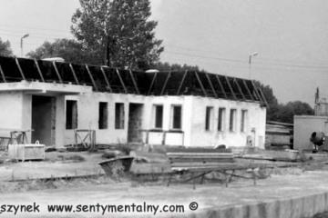Gorzów Zieleniec 05.08.1990. Budowa nowego budynku stacyjnego. Poprzedni rozebrano latem 1989.