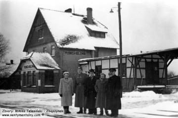 Płonica - Bolemin około 1960 roku. Pierwszy od prawej zawiadowca stacji Edmund Matyjaszczyk.