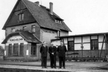 Płonica - Bolemin około 1960 roku. Po środku zawiadowca stacji Edmund Matyjaszczyk.