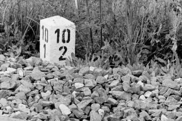 Idąc z Płonicy do Rudnicy 22.09.1987. Z jednej strony kilometracja po staremu, z drugiej po oddaniu w Rudnicy odcinka łączącego kierunek do Chyrzyna i Zieleńca.