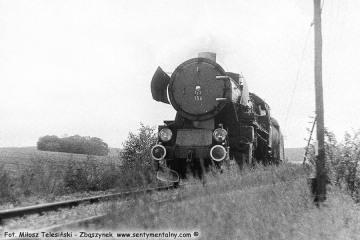 Za Sulęcinem w stronę Międzyrzecza 08.09.1986. Tędy pociągi w kierunku Glisna - Rudnica przejeżdżały aby dojechać do miejsca rozwidlenia szlaków.  Na zdjęciu osobowy z Międzyrzecza do Sulęcina. Parowóz to Ty2-156.