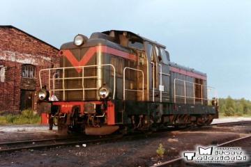 Bełżec 27.06.1992. Lokomotywa SP42-015, przy nie czynnej lokomotywowni.