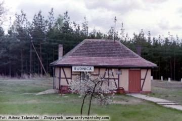Rudnica w dniu 03.05.1992. Po remoncie, odcinek do Chyrzyna (Kostrzyna) już czynny. Na zdjęciu zaadoptowany budynek gospodarczy pełni rolę nowej stacji - przystanku przy położonym odcinku łączącym tory wjeżdżające na dawną stację Rudnica z kierunku Chyrzyna, Gorzowa i do 1945 roku z Sulęcina.