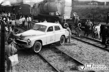 Elbląg Zdrój 27.06.1987. Pokaz obrotu drezyny jako atrakcja dla wycieczkowiczów pociągu specjalnego.