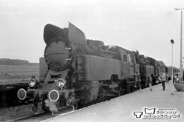 Słobity 27.06.1987. Pociąg specjalny wracający do Elbląga podczas krzyżowania. Na początku parowóz Tkt48-122, jako drugi 149.