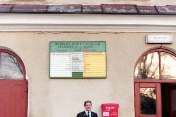 11.10.1995. Na zdjęciu pan Czesław Wiszowaty, wtedy zawiadowca stacji.