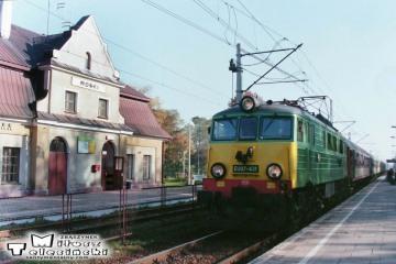 Mońki 11.10.1995. Pośpieszny nr 15000 Grodno - Gdyni z EU07-431.