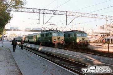 Białystok 10.10.1995. Od lewej EU07-393 i EU07-402.