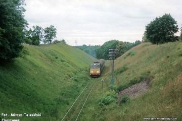 Mikołajki 18.06.1993. SU45-028 z osobowym od strony Olsztyna zbliża się do Mikołajek.