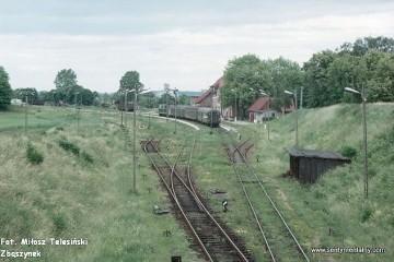 Mikołajki 18.06.1993. SU45-028 z osobowym od strony Olsztyna wjechał na stację w Mikołajkach.