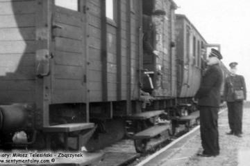 Płonica - Bolemin około 1960 roku. Po prawej Pan Edmund Matyjaszczyk, zawiadowca stacji handlowej Płonica Bolemin.