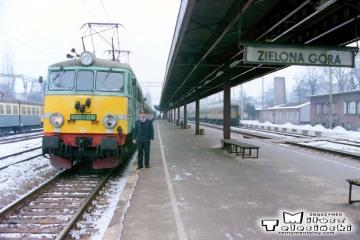 Zielona Góra 11.02.1996. Pociąg pośpieszny Zielona Góra - Poznań Gł. numer 77113/12. EU07-016. widoczny maszynista Pan Łaskawski.