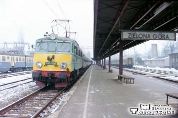 Zielona Góra 11.02.1996. Pociąg pośpieszny Zielona Góra - Poznań Gł. numer 77113/12. EU07-01