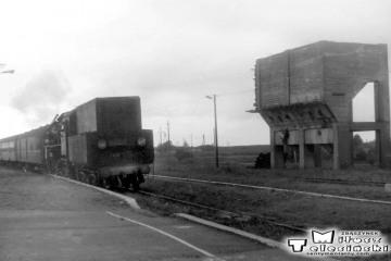 Ol49-4 z Ełku do Gołdapi wjeżdża na stację w Stożnych 12.09.1990.