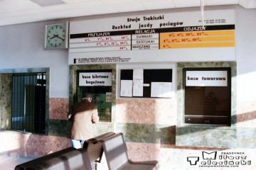 Trakiszki 23.02.1995. Na poczekalni, przy okienku Pan Czesław Puczyłowski, długoletni zawiadowca stacji, tutaj na emeryturze.