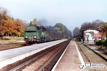 Tkt48-72 z Kępna do Oleśnicy na stacji Jemielna Oleśnicka 12.10.1990.