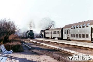 Tkt48-183 z Kępna do Oleśnicy na stacji Jemielna Oleśnicka 27.03.1990. Z przeciwka pociąg do Kępna.