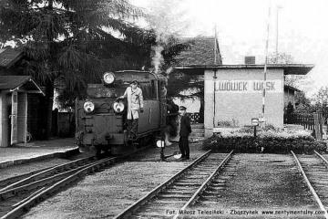 Lwówek Wąskotorowy w dniu 04.09.1986. Parowóz Px48 objeżdża skład pociągu przybyły z Opalenicy.