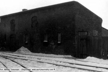 Trzcianka Zachodnia w dniu 04.03.1986. Budynek gospodarczy.