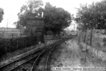 Trzcianka Zachodnia w lipcu 1985, fotka z oddalającego się pociągu do Nowego Tomyśla.