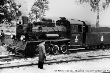 Maszynista na tle parowozu naszego pociągu specjalnego na stacji Trzcianka Zachodnia w dniu 13.09.1986, podczas obchodów 100 rocznicy kolejki przypadającej w dniu 23.10.1886.