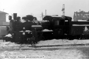 Opalenica w dniu 04.03.1986. Na tle parowozu Pan Kamiński, zawiadowca odcinka drogowego.