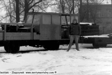 Opalenica w dniu 04.03.1987. ja na tle drezyny, którą razem z Panem Kamińskim -zawiadowcą odcinka drogowego, jechaliśmy do Dusznik Wlkp.