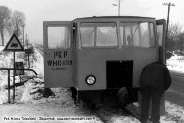 Rudniki dwór, podczas wyjazdu do Dusznik Wlkp 04.03.1987. Widoczny na zdjęciu Pan Kamiński, zawiadowca Odcinka Drogowego na kolejce.