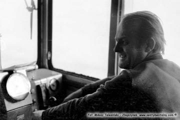 Maszynista, Pan Zbigniew Chorowski, w lokomotywie Lxd2, prowadzi pociąg z Opalenicy do Lwówka w dniu 14.03.1987.