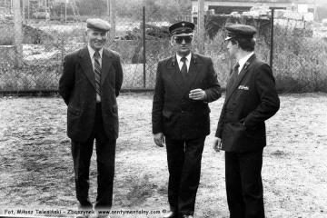 Od lewej zastępca naczelnika kolei dojazdowych w DOKP Poznań Pan Zając, Pan Walenciak - kierownik kolejki oraz Pan Przybylski - zawiadowca lokomotywowni, w dniu obchodów 100 rocznicy kolejki 13.09.1986.