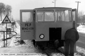Zawiadowca odcinka drogowego na kolejce Pan Kamiński w drodze do Dusznik, dogląda drezyny w okolicach stacji Rudniki Dwór w dniu 04.03.1986. Zabrałem się z nim na informację, że tam rozbierają starą lokomotywownię.