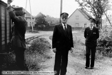Od lewej Pan Walenciak - kierownik kolejki oraz Pan Leszek Przybylski - zawiadowca lokomotywowni w dniu obchodów 100 rocznicy kolejki 13.09.1986.