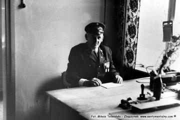 Zawiadowca stacji Duszniki Wlkp., Pan Drzymała w dniu obchodów 100 rocznicy kolejki 13.09.1986.