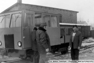 Trzcianka Zachodnia, jedziemy do Dusznik w dniu 04.03.1986. Z lewej Pan Kamiński - zawiadowca odcinka drogowego, z prawej zawiadowca stacji Trzcianka Zachodnia.
