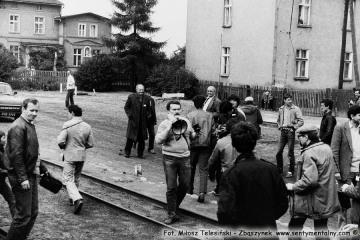 Uczestnicy imprezy z okazji 100 rocznicy kolejki w Opalenicy podczas przejazdu pociągu specjalnego w dniu 13.09.1986. na stacji Lwówek.