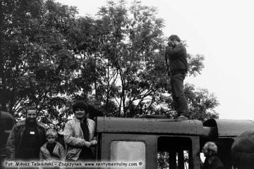 Miłośnicy kolei na stacji Trzcianka Zachodnia podczas przejazdu pociągu specjalnego w dniu 13.09.1986.