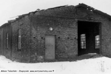 """Duszniki Wlkp. w dniu 04.03.1986. Parowozownia tuż przed zburzeniem, """"przebita"""" lokomotywą Lxd2."""