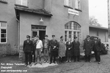 Dobrodzień 17.10.1987. Wycieczkowicze. Pierwszy od prawej w mundurze maszynista instruktor Mańczyk Werner, obok naczelnik lokomotywowni Feliks Hubert.