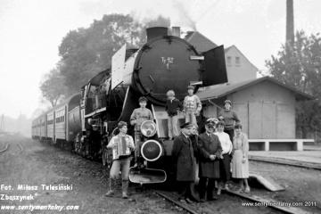 Dobrodzień 17.10.1987. Wycieczkowicze. Po prawej Mańczyk Werner - maszynista instruktor, po lewej naczelnik lokomotywowni Feliks Hubert.