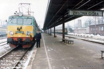 Zielona Góra 11.02.1996. Przy pociągu regionalnym 77114 do Poznania. Koło swojej lokomotywy Pan Łaskawski.