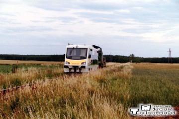 Dąbrówka Wlkp. w dniu 04.07.2004. Uszkodzony szynobus z Gorzowa, ciągnie SP-42.