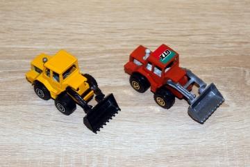 """Ładowarka serii SEBA, produkującej w latach 1985 - 1990 modele """"resoraki"""", których część była kopią zagranicznych. Tutaj dla porównania model serii MAJORETTE."""
