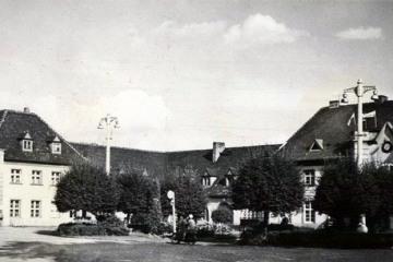 Plac Dworcowy w 1967 roku. Widoczna flaga, na czynnym jeszcze maszcie, który zdemontowano w latach 80 tych.