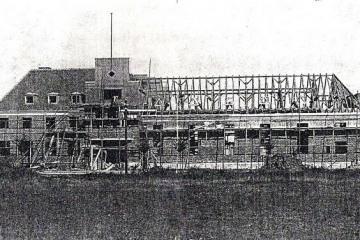 Hotel (dzisiaj dom kultury) podczas budowy około 1931 roku.