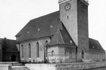 Kościół Ewangelicki przed rozbudowie (od 1945 katolicki) - dobudowano prawe skrzydło (po wojnie przedszkole).