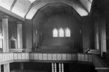 Wnętrze kościoła ewangelickiego przed 1945 rokiem. Od 1945 katolicki. Widok tylnej części, gdzie po odejściu Niemców ulokowano organy.