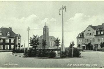 Plac Dworcowy po 1930 roku. Widać skrzydło dworca symetryczne do poczty, wybudowane w 1929 roku.